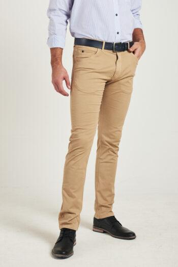 Pantalón corte jean regular fit de gabardina teñida elastizada
