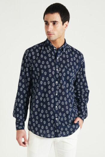 Camisas Mangas largas clásica con tirilla en bajo cuello y bolsillo