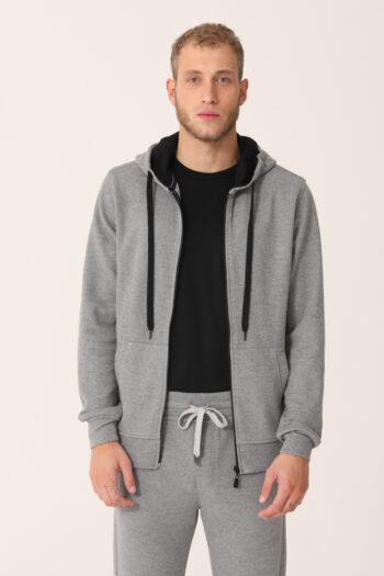 Campera con capucha y bolsillo canguro interlock